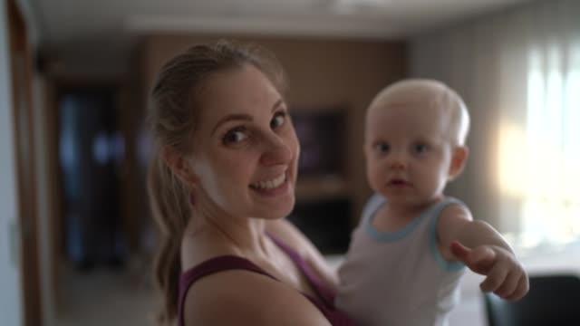 ritratto di madre e figlio a casa - capelli biondi video stock e b–roll