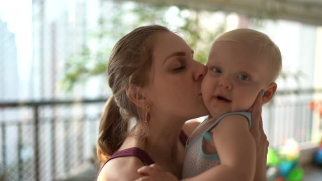 vídeos de stock, filmes e b-roll de retrato de mãe e filho em casa - locais geográficos