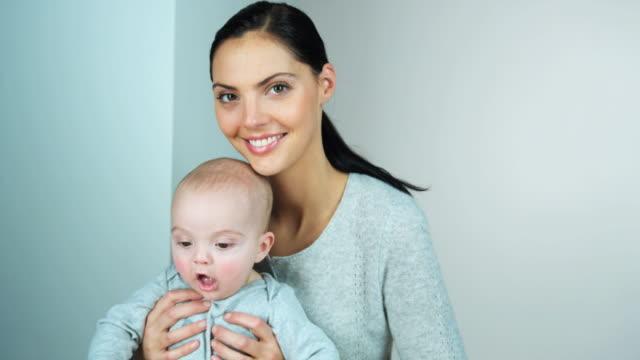 vidéos et rushes de ms portrait of mother holding son (2-5 months) on lap, brussels, brabant, belgium - 2 5 mois