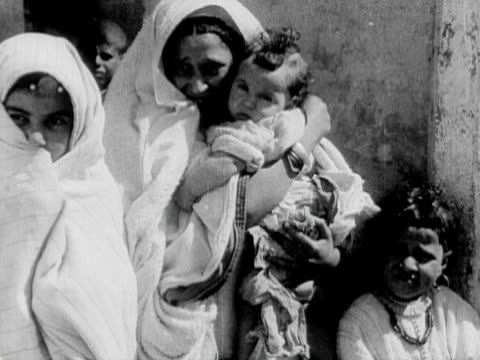 vídeos y material grabado en eventos de stock de 1934 b/w ms portrait of mother with three children standing outside building / rabat, morocco - familia con cuatro hijos