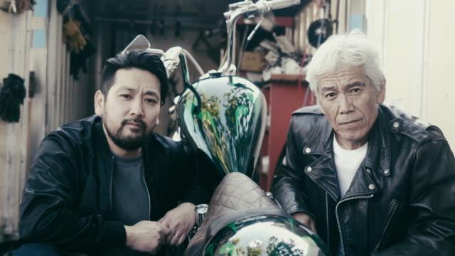 オートバイ愛好家の肖像 - 父と息子 - senior men点の映像素材/bロール