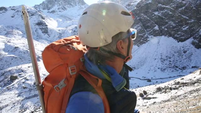 porträt des bergsteigers talebene mtns - extremlandschaft stock-videos und b-roll-filmmaterial