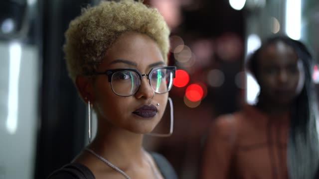 vidéos et rushes de portrait d'amis multiethniques - latin american culture
