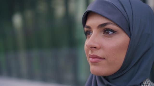 ritratto di imprenditrice musulmana - religioni e filosofie video stock e b–roll