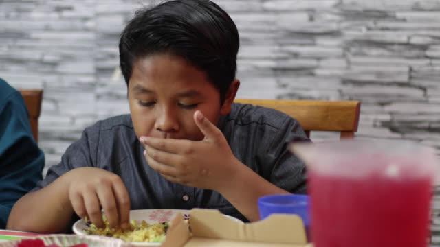 vídeos y material grabado en eventos de stock de retrato de la familia musulmana en malasia - un solo adolescente