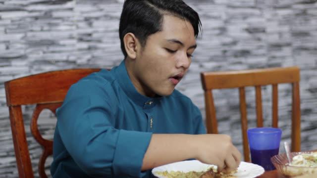 stockvideo's en b-roll-footage met portret van moslimfamilie in maleisië - alleen één tienerjongen