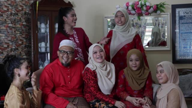 vídeos y material grabado en eventos de stock de retrato de la familia musulmana - malaysian culture