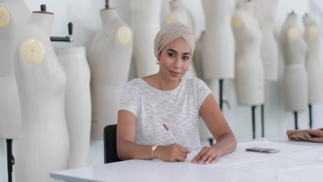 vídeos de stock, filmes e b-roll de portrait of muslim female student fashion designer - países do golfo