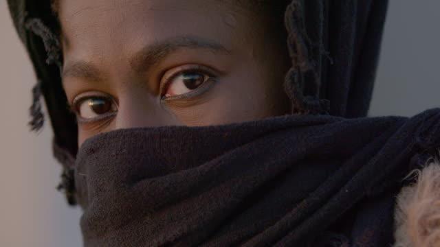 vidéos et rushes de portrait of muslim woman - foulard