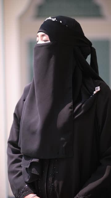 vidéos et rushes de verticale de femme musulmane - vêtement religieux