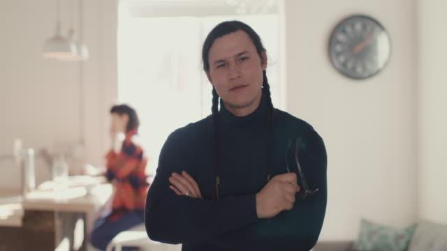 vídeos de stock e filmes b-roll de portrait of native american entrepreneur at office - small office