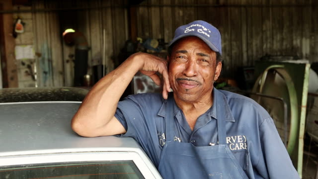 vídeos de stock, filmes e b-roll de ms portrait of owner of car repair shop / statesboro, georgia, united states - machos