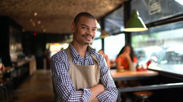 vídeos de stock, filmes e b-roll de retrato do proprietário/empregado de mesa no restaurante - pequeno