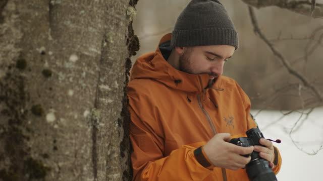 vídeos y material grabado en eventos de stock de retrato del fotógrafo en el viaje forestal vídeo de acciones - chaqueta de esquiar