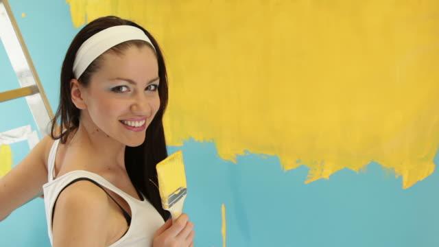 ritratto di bella donna imbianchino - dipingere video stock e b–roll