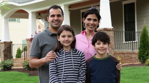 vídeos y material grabado en eventos de stock de ms ds portrait of proud family standing in front of home / richmond, virginia, usa - cuatro personas