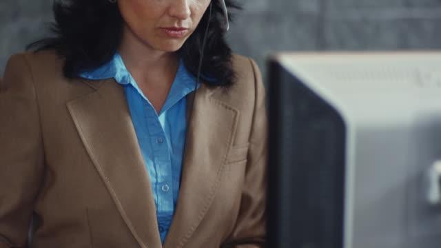 vídeos de stock, filmes e b-roll de cu tu portrait of receptionist typing / bellevue, washington, usa - só um adulto de idade mediana