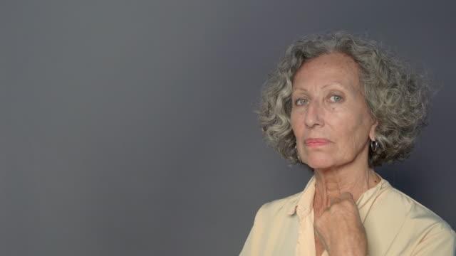 stockvideo's en b-roll-footage met portret van voormalig senior vrouw met houding - formeel portret