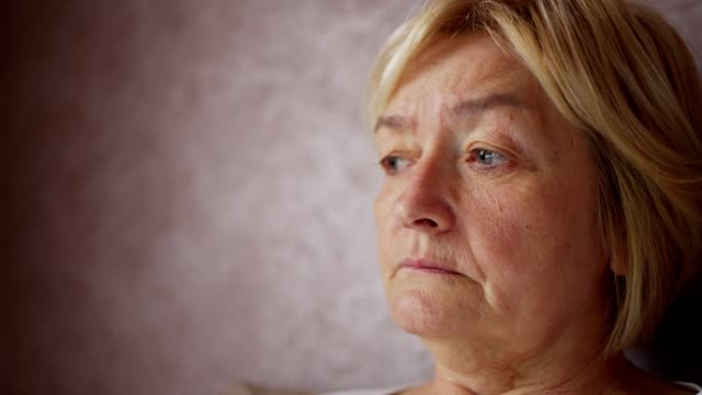 porträtt av ledsen äldre kvinna - film tagen utanför usa bildbanksvideor och videomaterial från bakom kulisserna