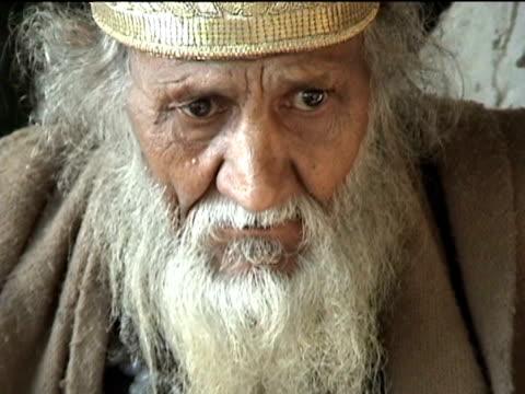 vídeos de stock, filmes e b-roll de cu portrait of sakhi seyyed gul badshah spiritual leader of small sufi community swat district in tribal zone at afghan border pir baba village... - só um homem idoso