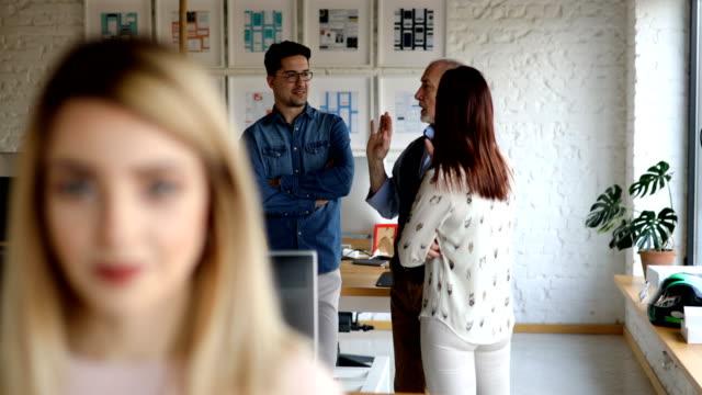 vídeos de stock e filmes b-roll de portrait of satisfied businesswoman in creative office - cabelo natural