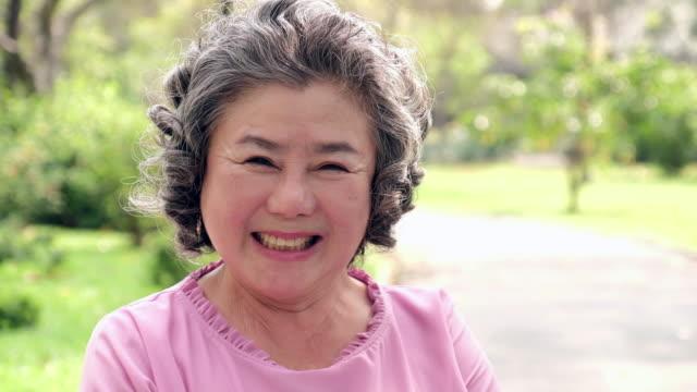 vídeos de stock, filmes e b-roll de retrato de mulher asiática sênior. retrato senior, velha feliz, sorrindo e olhando para a câmera - mulheres idosas