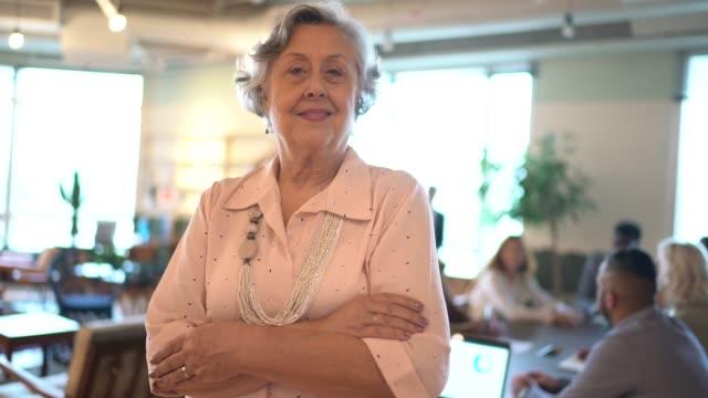 vídeos y material grabado en eventos de stock de retrato de una empresaria senior en la oficina - brazos cruzados