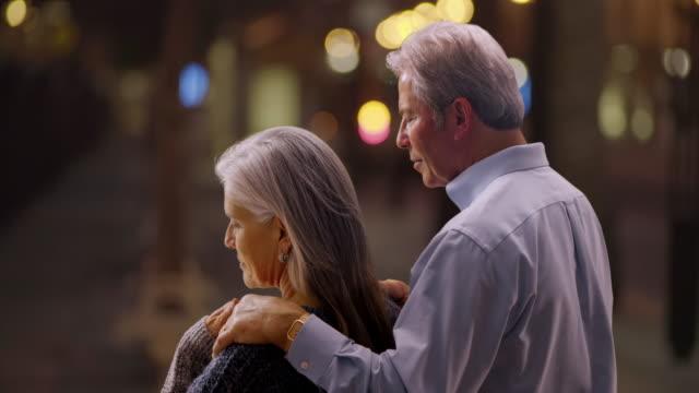 stockvideo's en b-roll-footage met portrait of senior caucasian woman combing healthy hair - natuurlijk haar