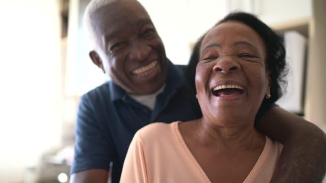 porträt des seniorenpaares zu hause - älteres paar stock-videos und b-roll-filmmaterial