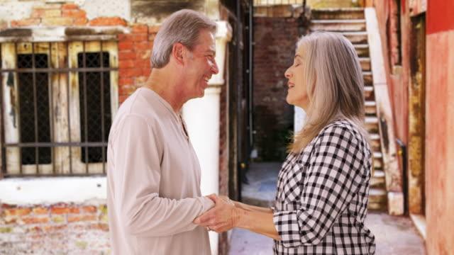stockvideo's en b-roll-footage met portrait of senior couple looking at handheld tablet device - natuurlijk haar