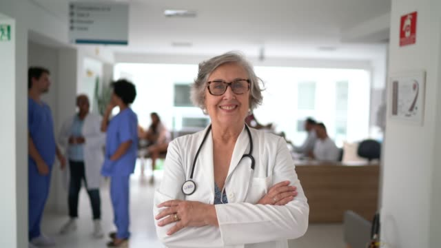 vídeos de stock, filmes e b-roll de retrato de médica sênior no hospital - cirurgião