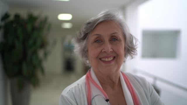 vídeos y material grabado en eventos de stock de retrato de una doctora de alto rango en el hospital - médico de cabecera