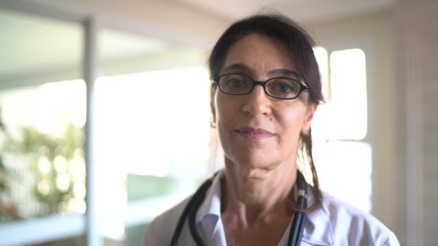 porträtt av äldre kvinnlig läkare - kvinnlig läkare bildbanksvideor och videomaterial från bakom kulisserna
