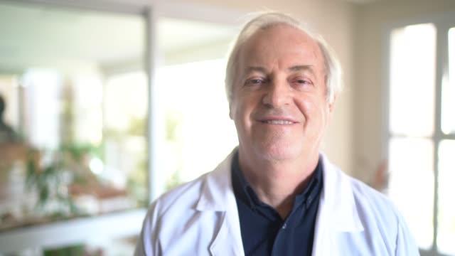 vídeos y material grabado en eventos de stock de retrato del médico mayor masculino - bata de laboratorio