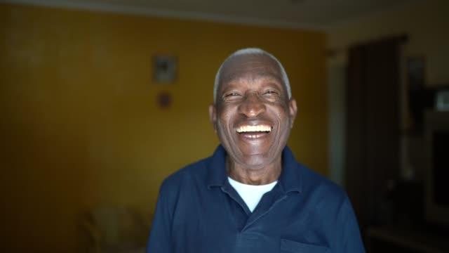 vídeos de stock, filmes e b-roll de retrato do idoso em casa - pessoas bonitas
