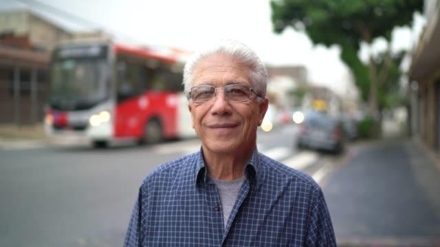 vídeos de stock, filmes e b-roll de retrato do idoso na rua - ficando de pé
