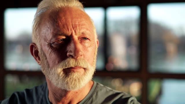 vídeos y material grabado en eventos de stock de retrato del hombre mayor en el gimnasio - mirar hacia el otro lado