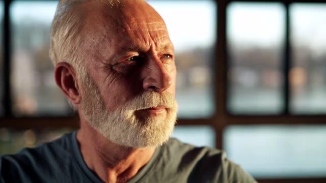 vídeos de stock, filmes e b-roll de retrato do idoso na academia - olhar para o outro lado