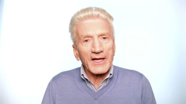 stockvideo's en b-roll-footage met portret van senior man praten op witte achtergrond - one senior man only