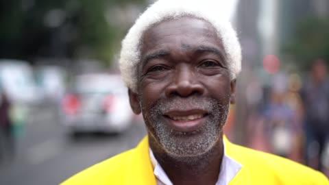 porträtt av äldre man - allvarlig bildbanksvideor och videomaterial från bakom kulisserna