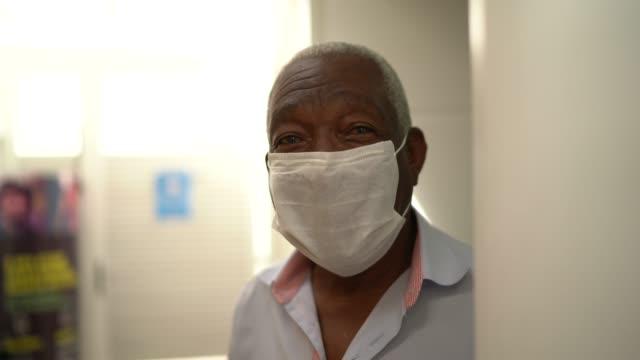 vídeos de stock, filmes e b-roll de retrato de homem idoso usando máscara facial - homens idosos