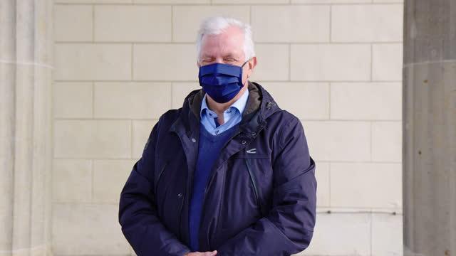 vidéos et rushes de verticale de l'homme aîné avec le masque de visage - manteau et blouson d'hiver