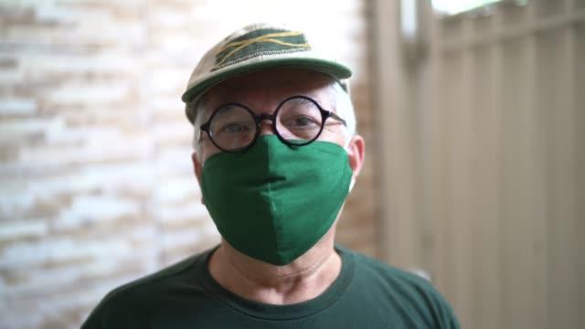 vídeos de stock e filmes b-roll de portrait of senior man with facial mask - máscara cirúrgica