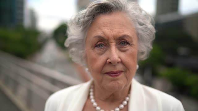vídeos y material grabado en eventos de stock de retrato de una empresaria seria senior en la ciudad - de origen español o portugués