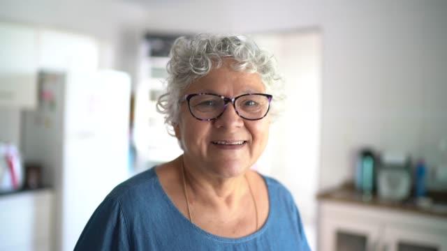 vídeos de stock, filmes e b-roll de retrato de idosa em casa - pessoas bonitas