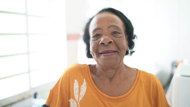 vidéos et rushes de verticale de femme aînée à la maison - simplicité