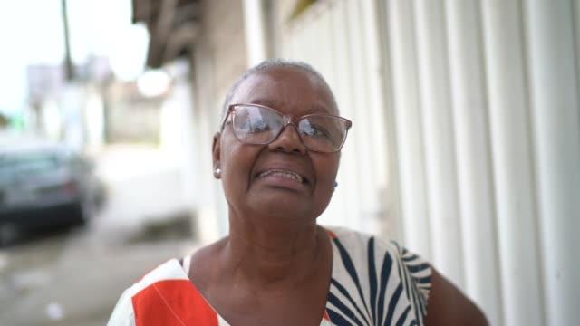vídeos de stock, filmes e b-roll de retrato da mulher idosa na rua - avó
