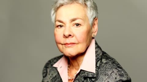 灰色背景的老年婦女的肖像 - staring 個影片檔及 b 捲影像