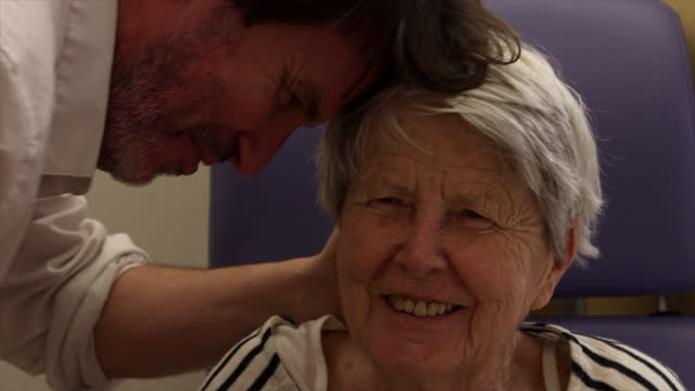 portrait of senior woman - 50 54 jahre stock-videos und b-roll-filmmaterial