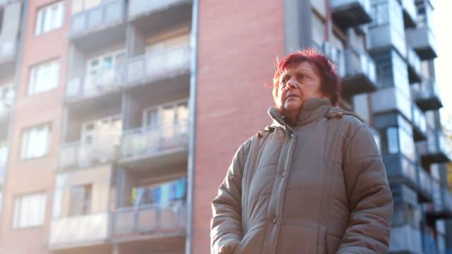 vidéos et rushes de portrait de femme âgée - froid